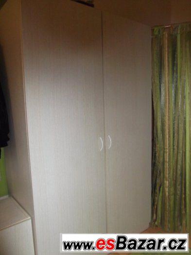 Béžová šatní skříň