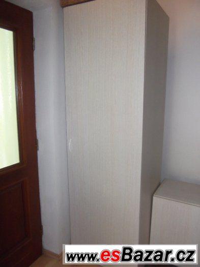 Béžová policová skříň