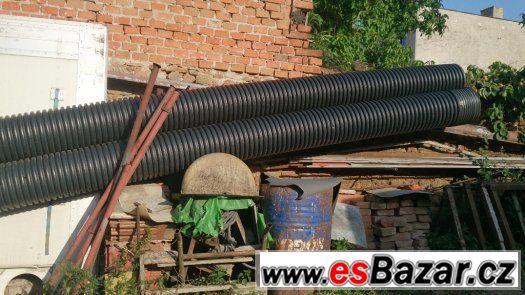 silnostěnné pevné černé PVC roury