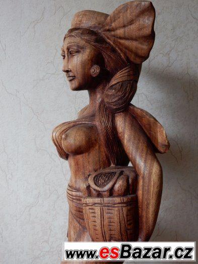 Dřevěná socha ženy