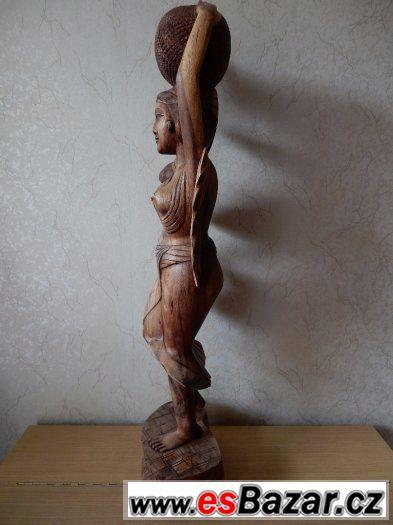 Vyřezávaná socha ženy