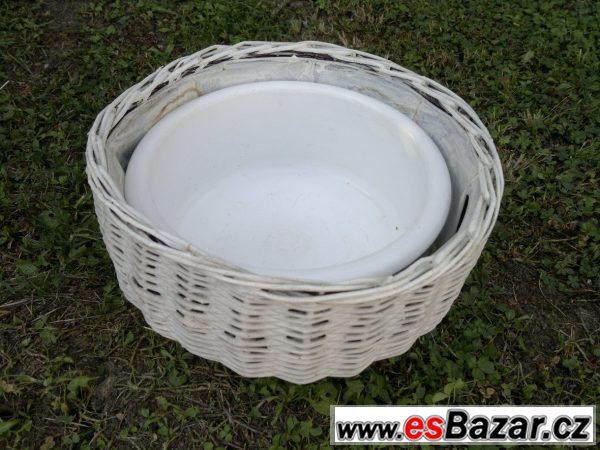 Porcelán a proutěný košík