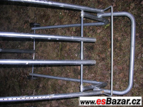 Pojízdné kovové stojany