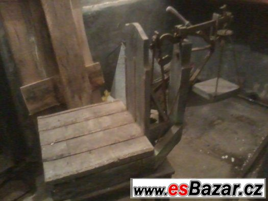 staré dřevěné váhy na pytle