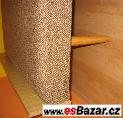 Pevnou dřevěnou postel s matrací