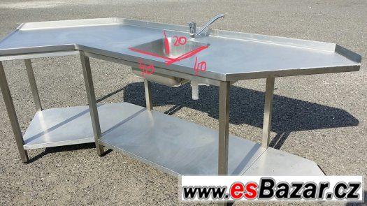 Nerezový atypický stůl s dřezem a se spodními policemi.