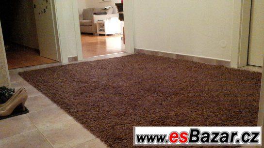 Luxusní hnědý koberec