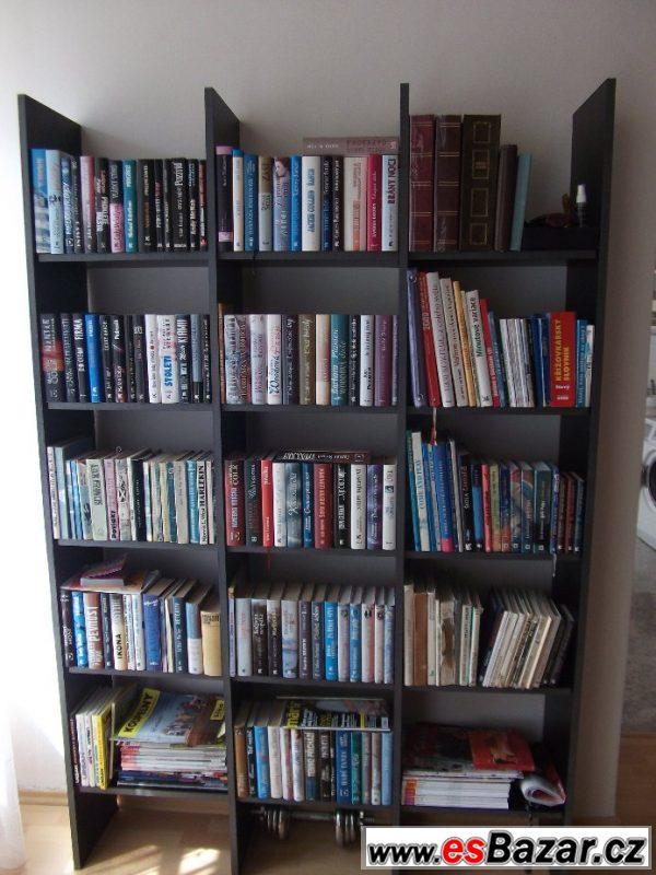 Knihovna z černého lamina