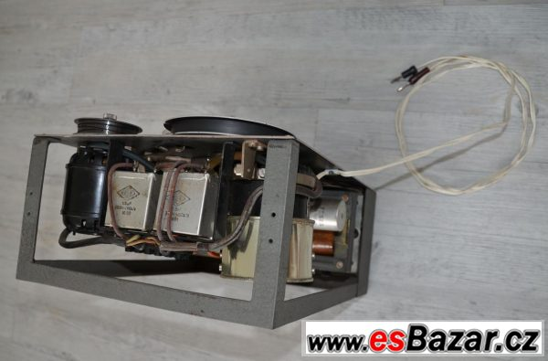 Historický magnetofon Paratus