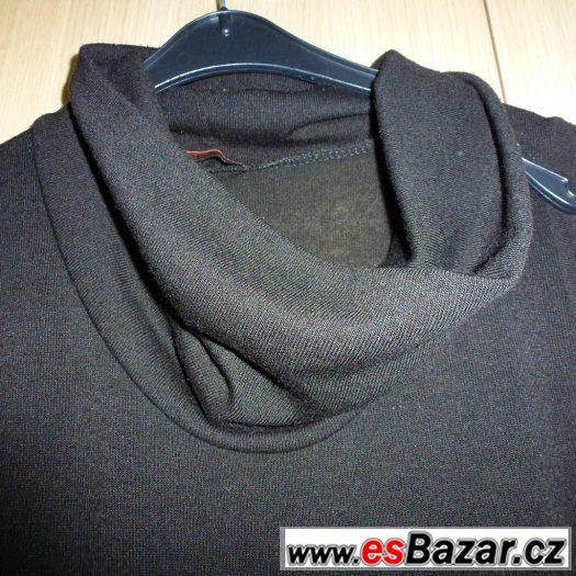 Jednoduché koktejlové černé šaty