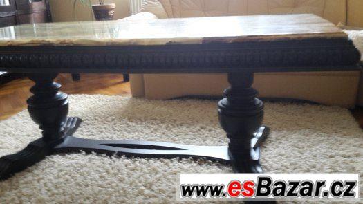 vyřezávaný stolek