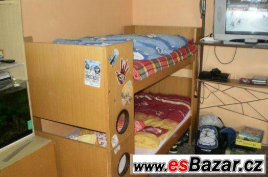 Dvoupatrová postel s úložným prostorem