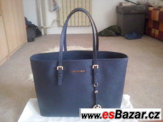 04c3d73749 krasna-nova-michael-kors-tmave-modre-barvy