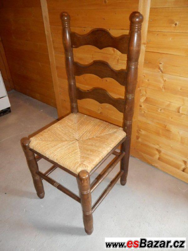Dřevěné židle a rozkládací stůl