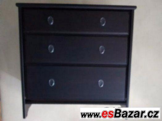 Černou dřevěnou komodu Ikea