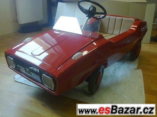 Krásné renovované šlapací auto - model DACIA