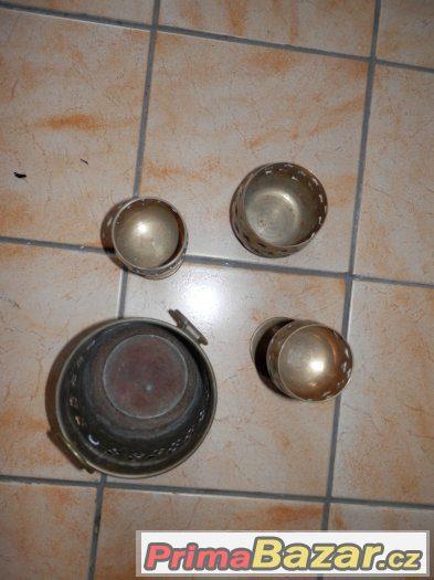 Staré ozddobné mosazné kalíšky, číše, nádoby na svíčky