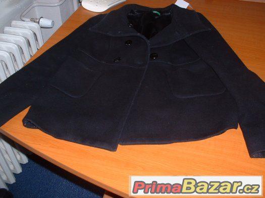 Černý kabátek.