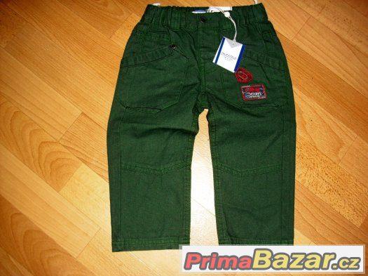 nové zelené kalhoty pro chlapečka