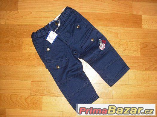 nové modré kalhoty pro chlapečka