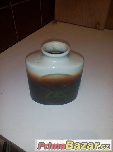Malá stará váza.