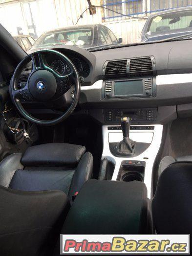 Černá stropnice, bílé lišty interieru BMW X5 E53