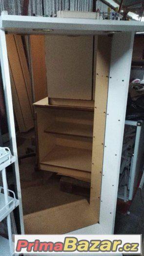 Dřevěný bílý nábytek s bodovým osvětlením
