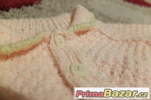 Prodám ručně pletený svetříček vel.cca 3-6 měsíců