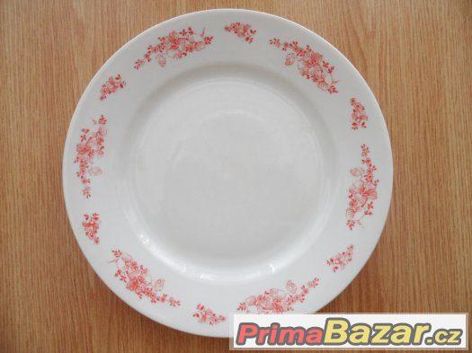 Porcelánové talíře a jiné kuchyňské potřeby