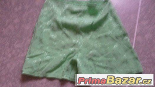 Zelené kraťasy.