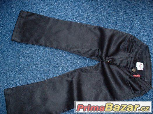 černé kalhoty.