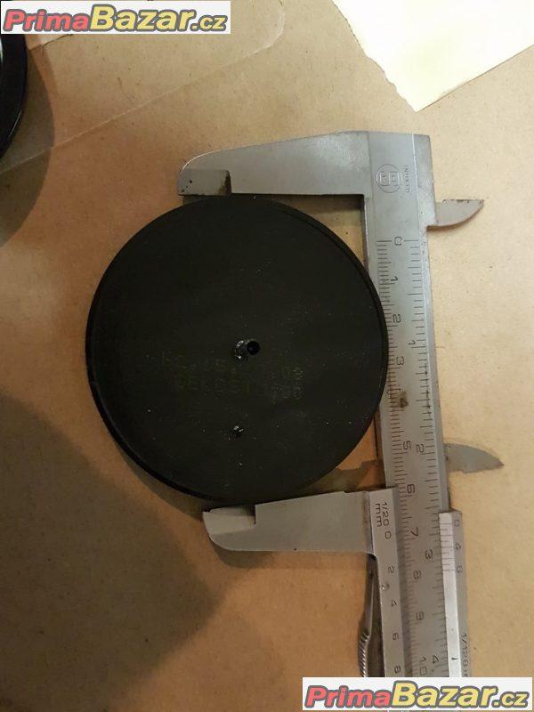 pokličky středové krytky  nebo jako znak Škoda Octavia tvrzený plast plech musí se nalepit sedí na plechove disky i všechny velikosti alu kol cena: