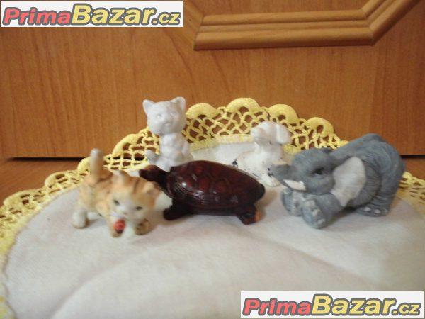 různé porcelánové skleněné a keramické doplňky do bytu