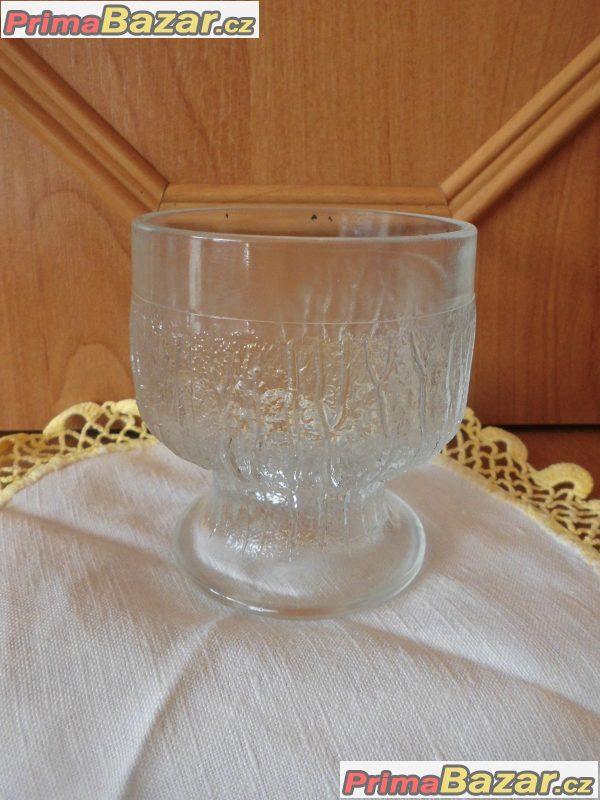 různé skleněné poháry a sklenice