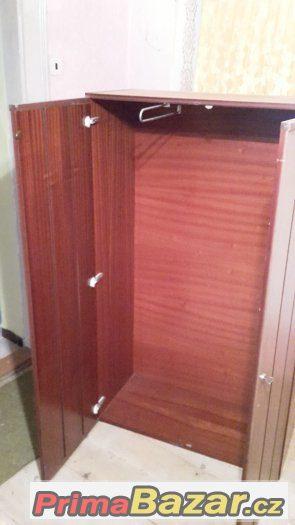 Šatní skříň se zásuvkovým podstavcem