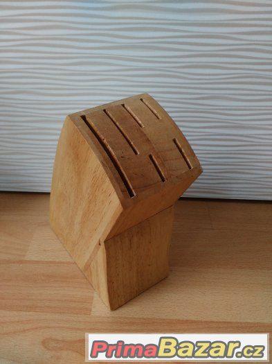 Dřevěný stojan na nože