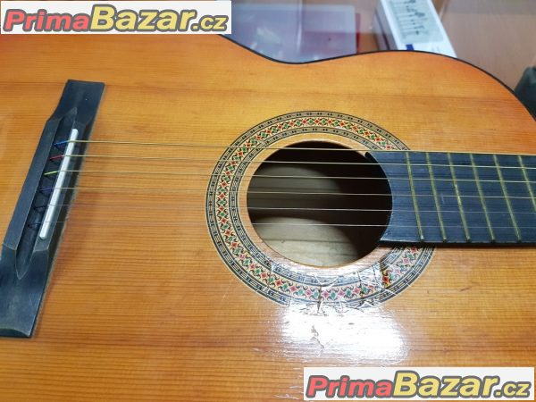 akustická kytara v dobrém stavu 6 strun
