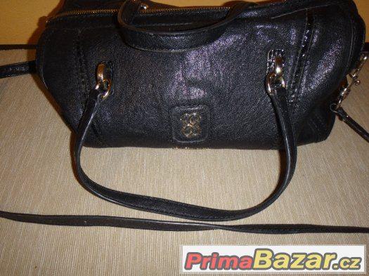 f35fa2cd35 Černá crossbody kabelka Guess