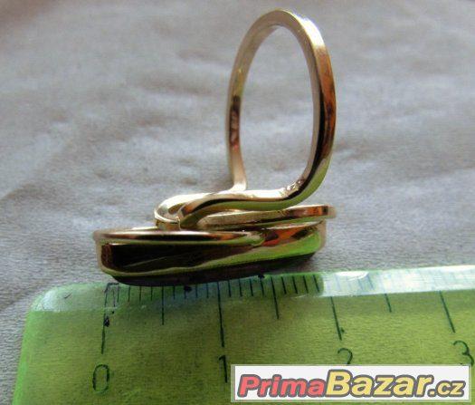 Prsten s fialovým kamenem