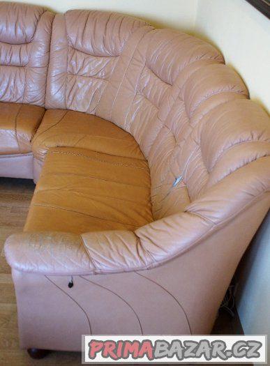 Starší kožená rohová sedačka