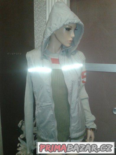Krásná šedá vyteplená uni vesta s kapucí