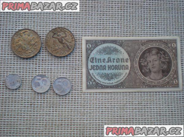 Bankovky a mince.