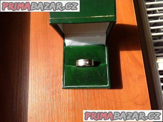 Prsten z bílého 14ti karátového zlata se třemi brilianty