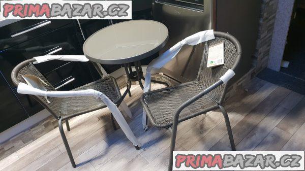 prodám nový zahradní balkonový set možno i na doma na balkon či zahradu jedná se 2+1 stůl a dvě křesla konstrukce je z kovu s polyratanem velice pevná židle do 120kg pohodlná výplň stolu je z tvrzeného skla vhodné jako dárek puvodni cena