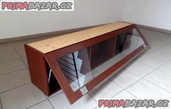 Moderní obývací  sestava  pěkných, uzavíratelných skříněk.