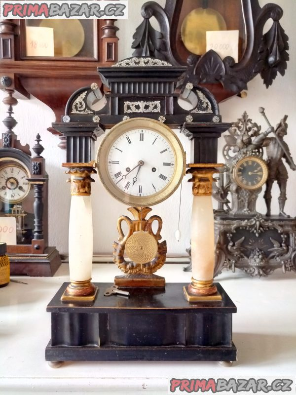 Starožitné sloupkové hodiny Biedermeier.