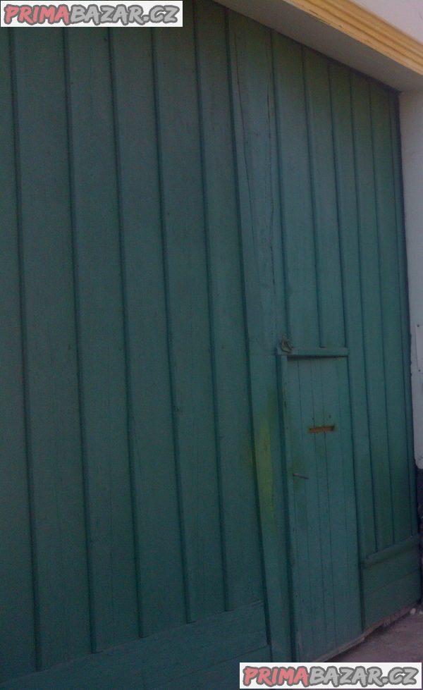 Historická dřevěná dvoukřídlá vrata