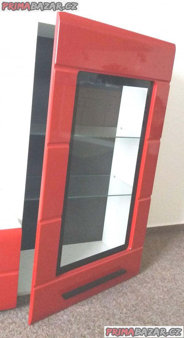 Červená obývací stěna z lamina