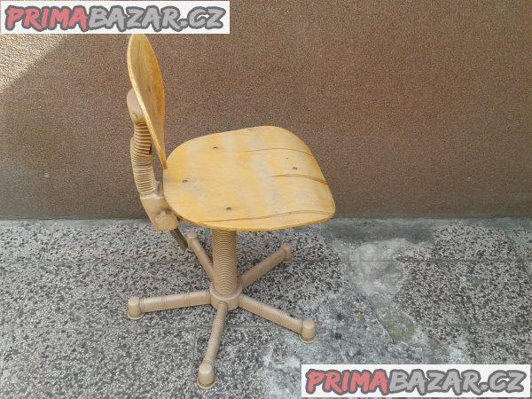 drevena otaceci židlicka se stolem