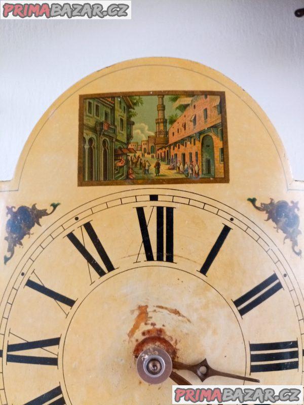 Starožitné nástěnné hodiny švarcvaldky.